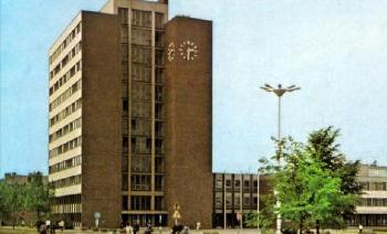 1964. július 27-én megkezdődött az új tanács- és a pártház építése