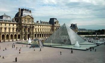 1793. augusztus 10-én nyitotta meg kapuit a Louvre
